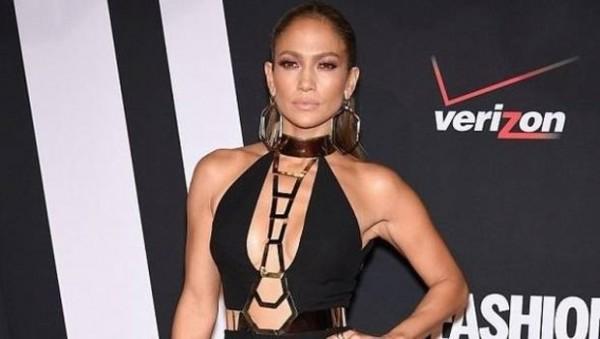 Jennifer-Lopez--intr-o-tinuta-lady-like-moderna--Hot-or-Not-