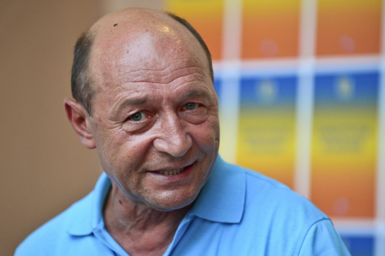Traian Basescu, presedintele suspendat al Romaniei, face o declaratie de presa, in fata sediului sau electoral din Bucuresti, miercuri, 11 iunie 2012. OCTAV GANEA / MEDIAFAX FOTO