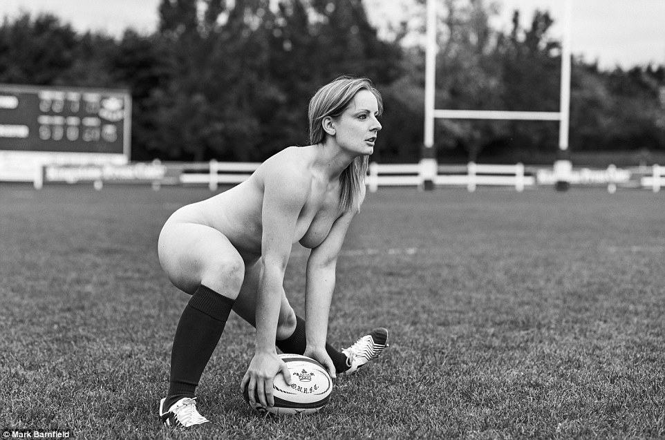 2E9A626C00000578-3325562-An_Oxford_University_scrum_half_prepares_to_pass_the_ball_in_one-a-35_1447947059021