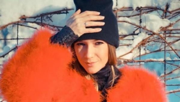 Adela-Popescu--intr-o-blana-rosie--Hot-or-Not-