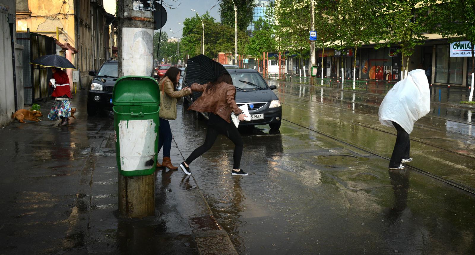 Ploi şi temperaturi scăzute în toată ţara