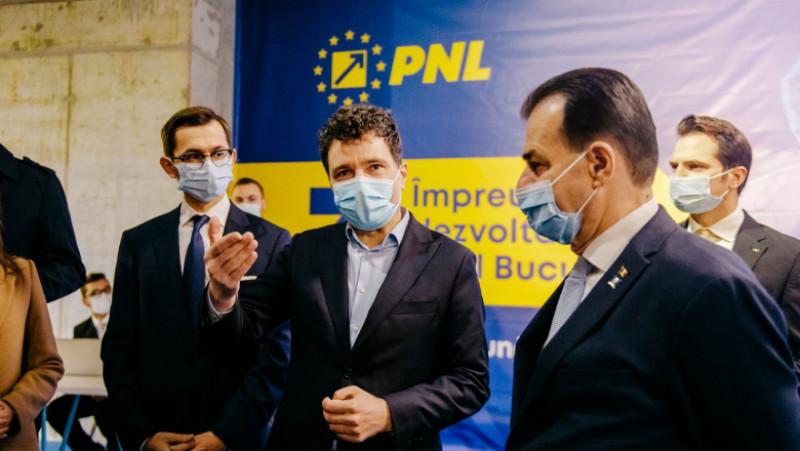 Nicușor Dan a înmânat lui Ludovic Orban cheia sediului