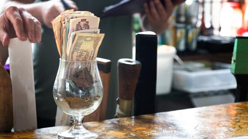 Bacșiș urias pentru o chelneriță: 2000 de dolari. Cardul a fost refuzat la plată, dar patronul i-a dat banii