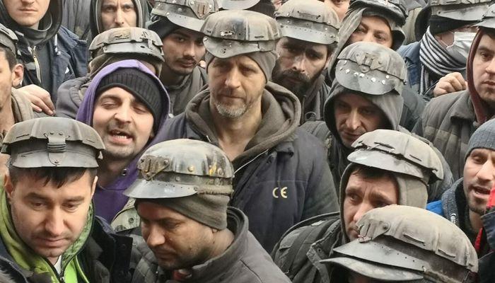 """""""Nu cedăm"""", """"Minerii şi Valea şi-au pierdut răbdarea"""", sunt câteva dintre lozincile ortacilor care protestează sâmbătă în faţa minei Lupeni."""