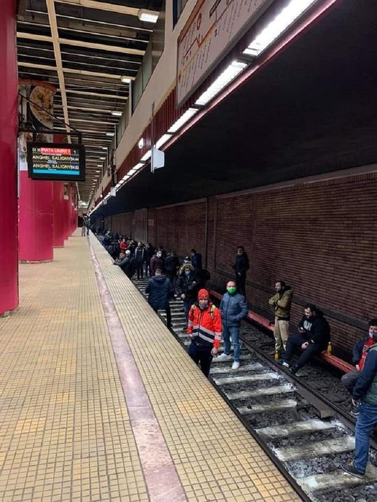 Sindicaliştii de la metrou s-au așezat pe sine și protestează...ilegal