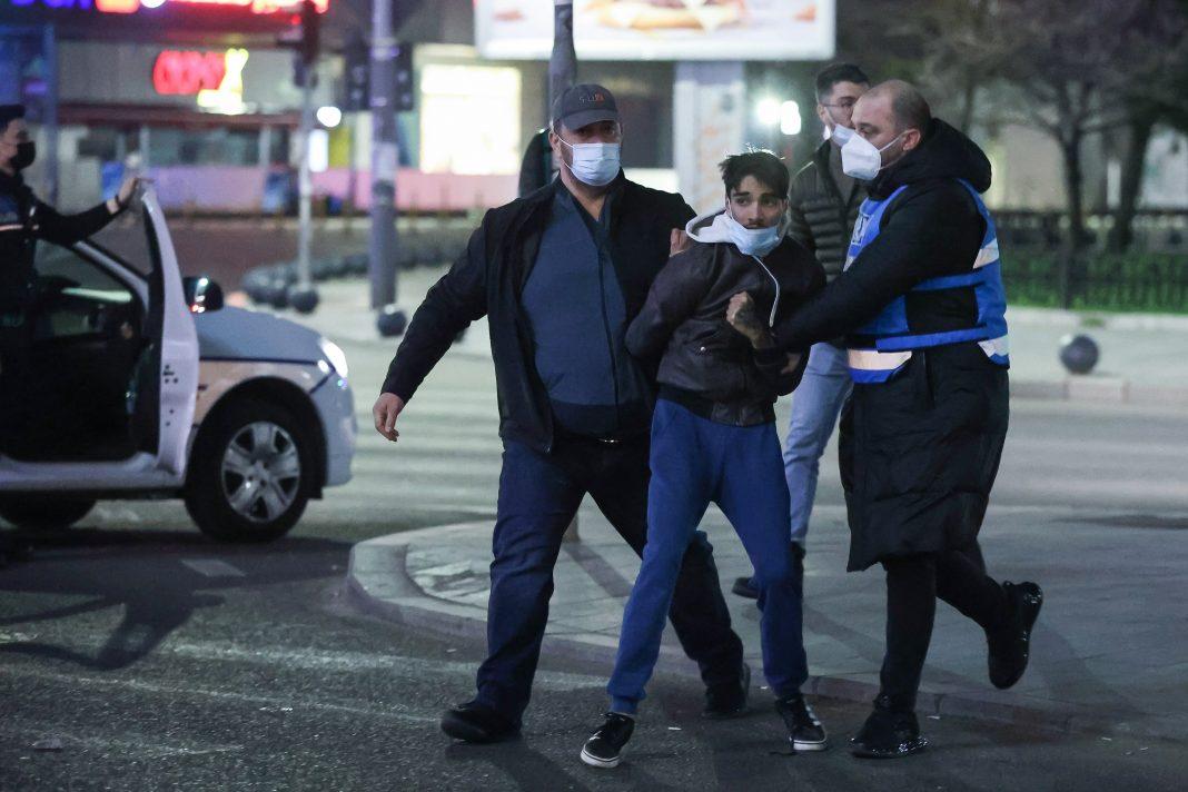 Protest cu iz penal: Ultrasii au atacat jandarmii cu pietre