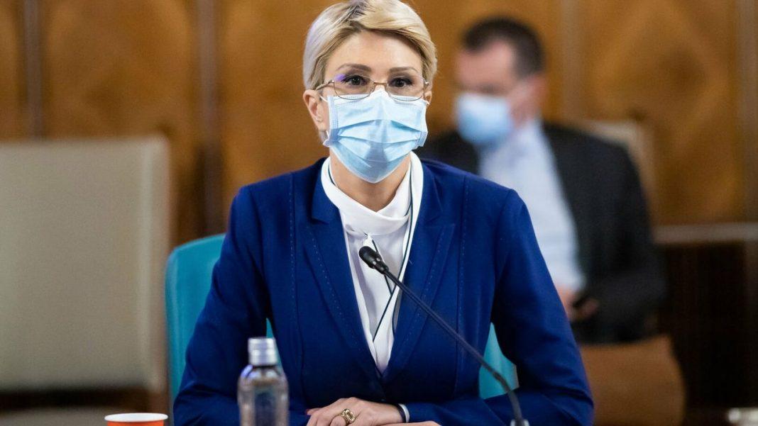 Raluca Turcan a fost surprinsă, la finalul discuţiei, de gestul bărbatului, care a scos din buzunar o ciocolată şi i-a oferit-o. Ministrul Muncii a încercat