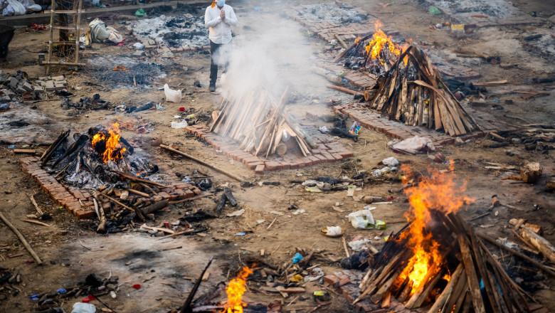 India, în colaps. Morții se incinerează în parcuri și parcări
