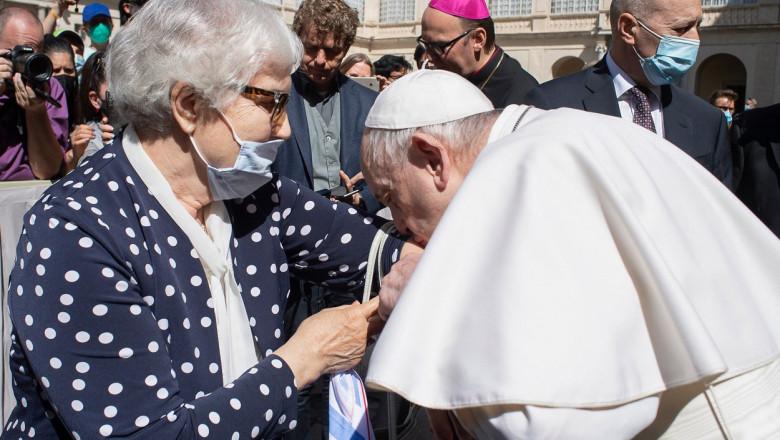Papa Francisc, gest impresionant: A sărutat brațul unei supravietuitoare de la Auschwitz