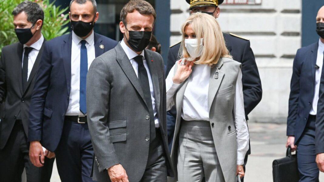 """Emmanuel Macron a reacționat la acest incident cu ironie, potrivit informațiilor din France Info. """"Evident, ostilitățile au început!"""". Ulterior"""