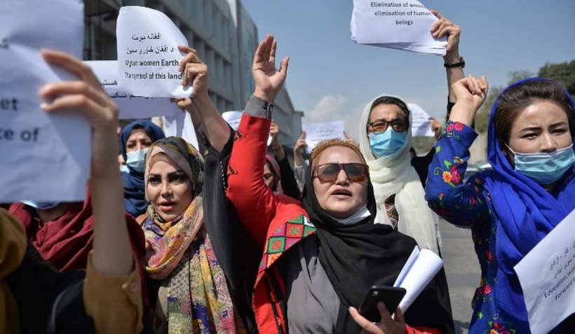 Femeile afgane au ieșit la protest, vineri, în Kabul, în ciuda riscurilor pe care le presupune o astfel de acțiune într-un oraș controlat de talibani, relatează CNN.